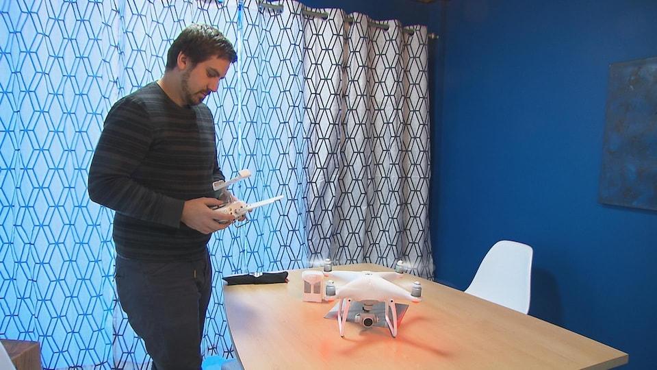 Un homme pilote un drone