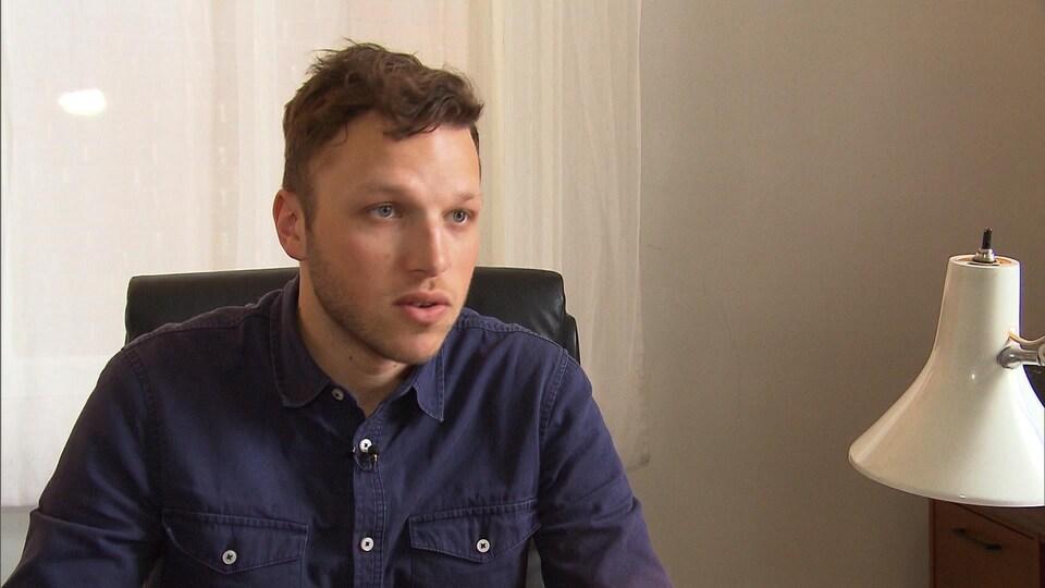 Arthur Durieux assis dans son bureau lors d'une entrevue avec la journaliste.