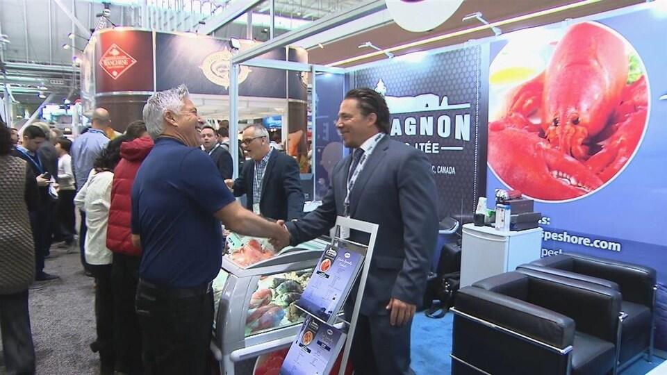 Bill Sheehan, de chez E. Gagnon et Fils, serre la main d'un acheteur américain.