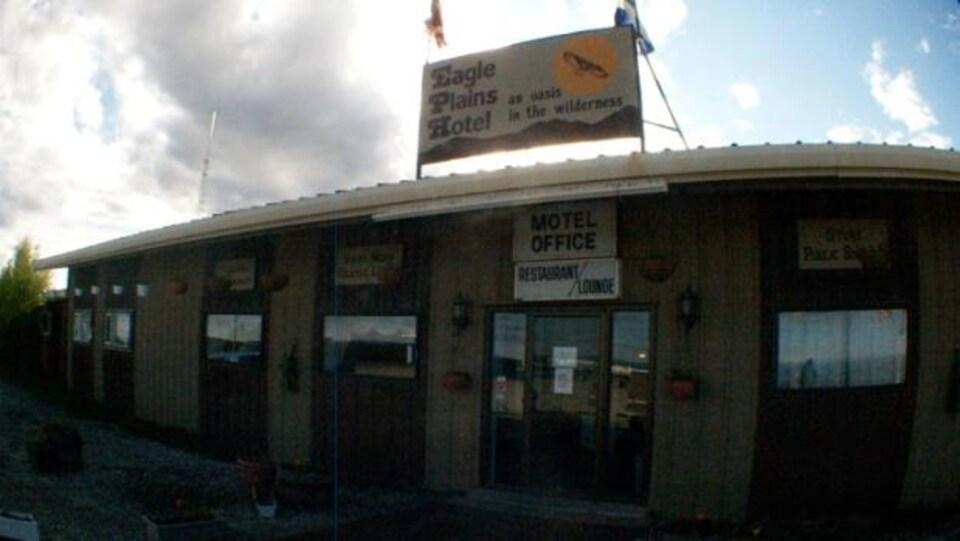 La réception vue de l'extérieur de l'Hôtel Eagle Plains au Yukon.