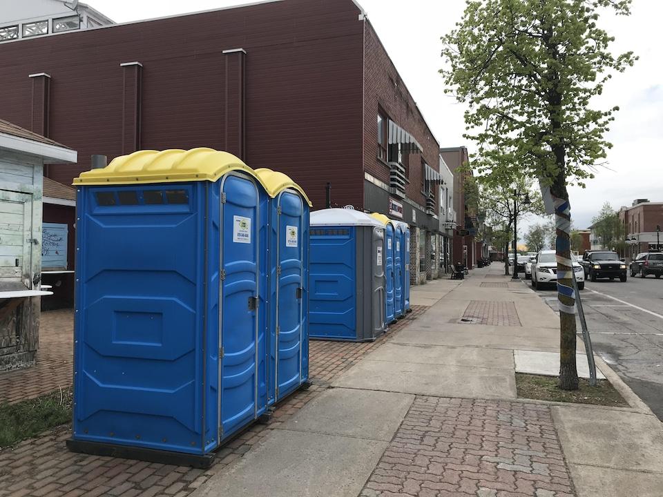 Des toilettes chimiques sont installées en bordure d'un trottoir au centre-ville de La Tuque.