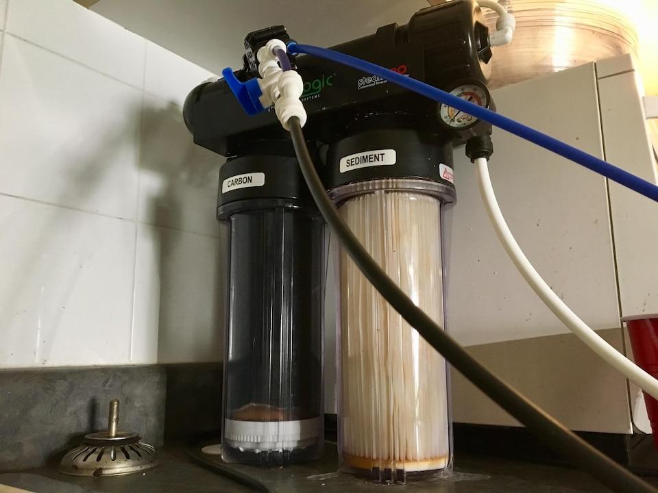 Un système de filtrage pour purifier l'eau du robinet.
