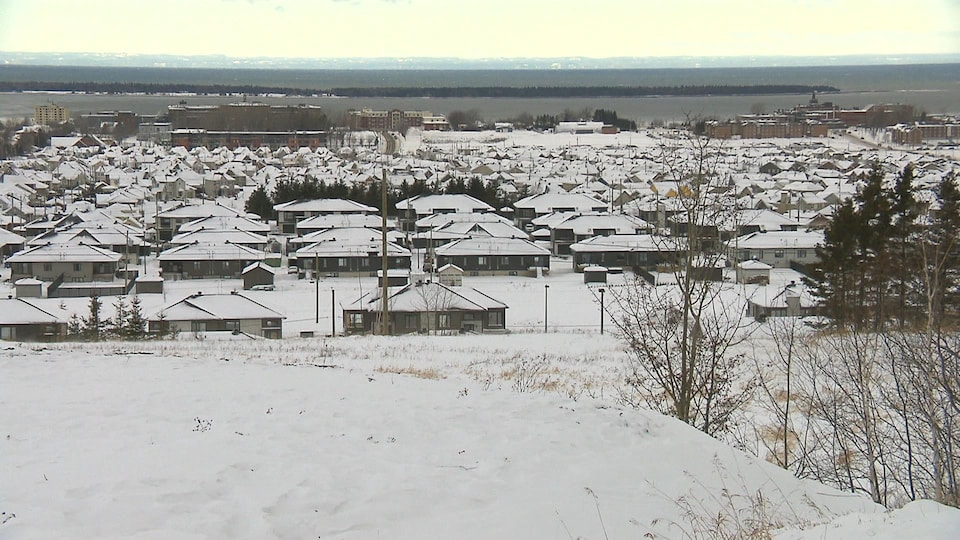 Le secteur où se trouvent les propriétés problématiques est surélevé par rapport au reste de la ville.