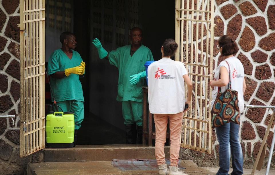 Des travailleurs de Médecins Sans Frontières dans un centre d'isolement préparé à recevoir des cas présumés d'Ebola, à l'Hôpital général de Mbandaka, à Mbandaka.