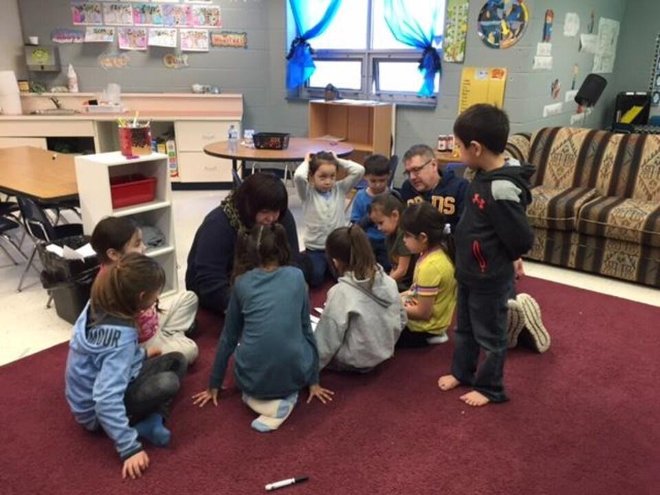 Allison Lemaigre avec ses élèves à l'école Clearwater River Dene