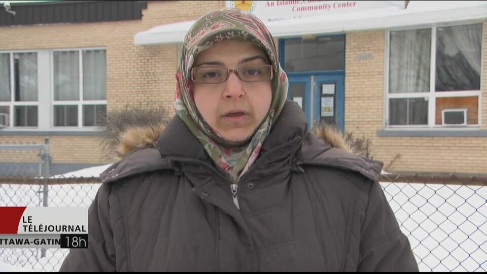 Fatima Mantache, professeure à l'École islamique Ahlul-Bayt, en entrevue à Radio-Canada devant l'école.