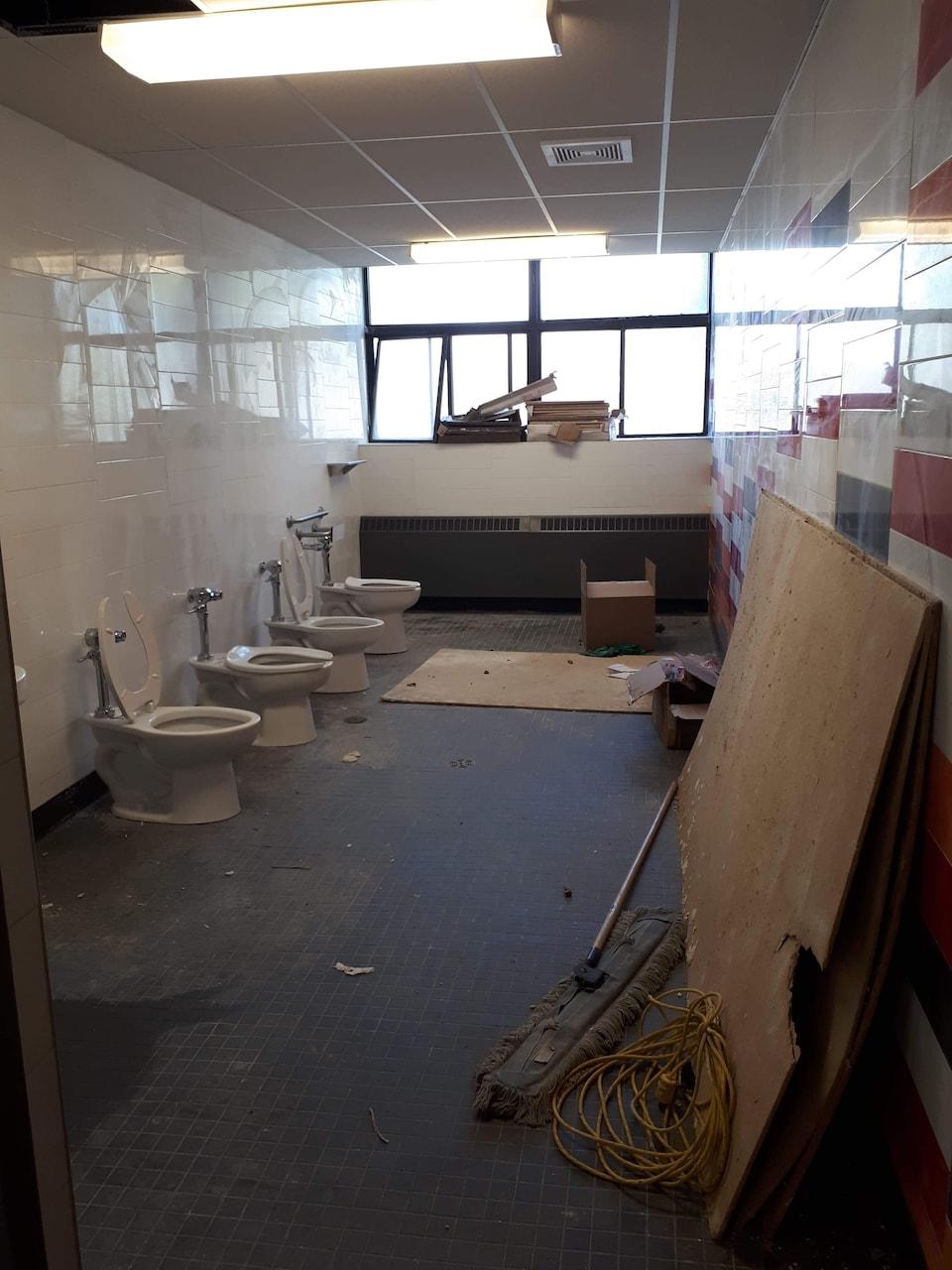 Des travaux en cours dans une salle de bain.