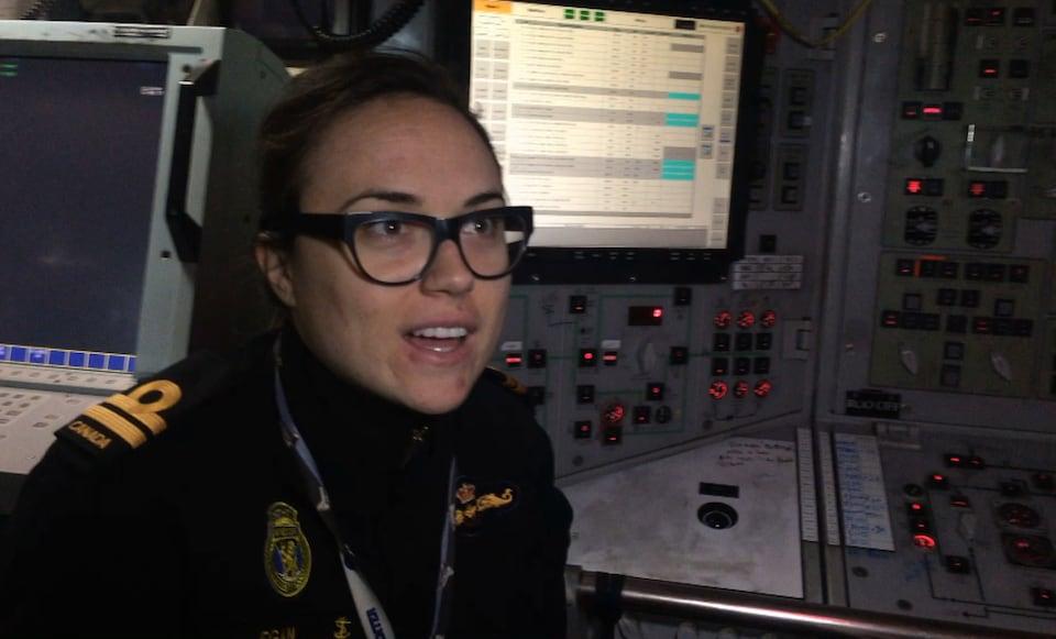 La lieutenante Rachelle Egan dans la salle de contrôle du sous-marin.