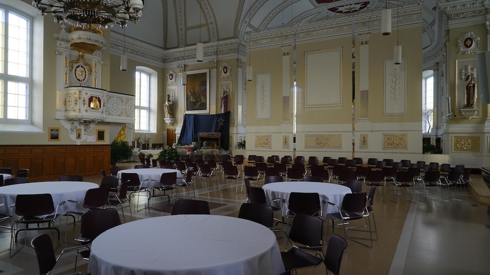 Dans l'église de Saint-Jean-Chrysostome, les bancs ont été remplacés par de simples chaises pour permettre la tenue de réunions et de réceptions.