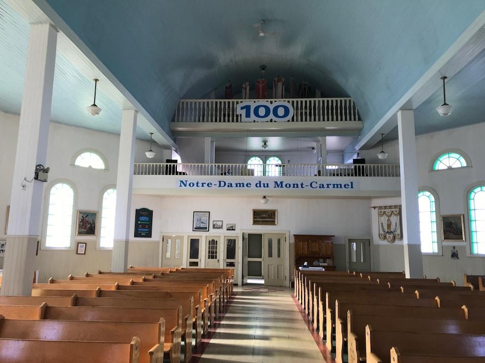 Une église vue de l'hôtel affiche le nombre 100 et le nom Notre-Dame du Mont-Carmel.