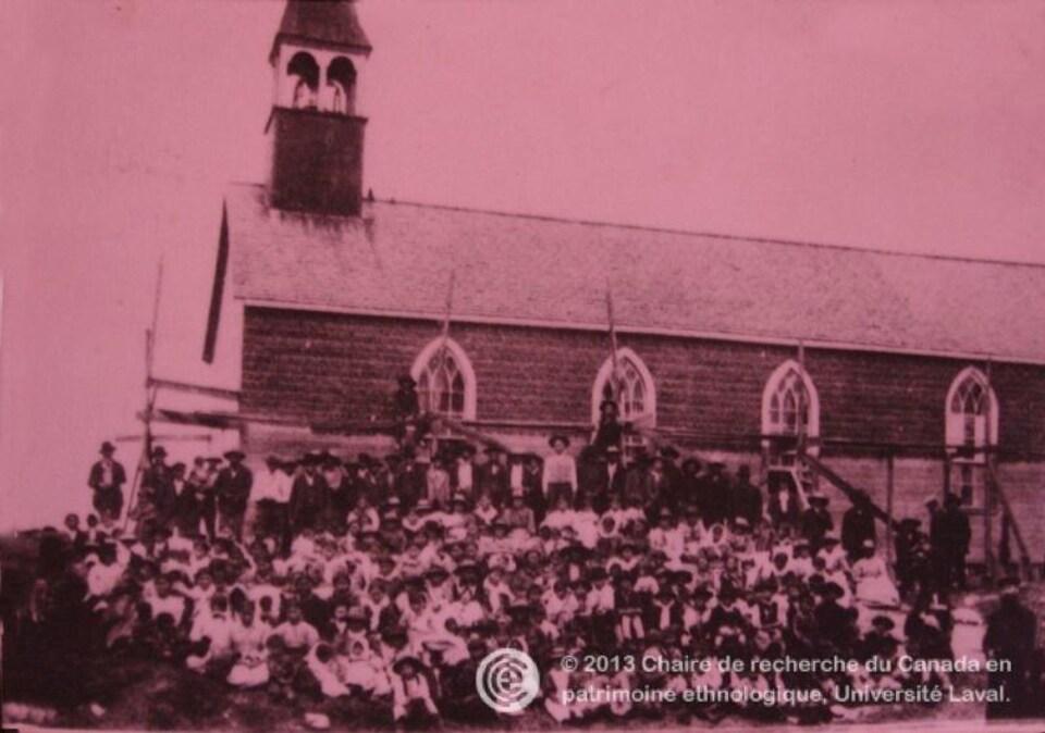 Un groupe d'Algonquins devant l'église Sainte-Clotilde du Grand Lac Victoria au début du 20e siècle
