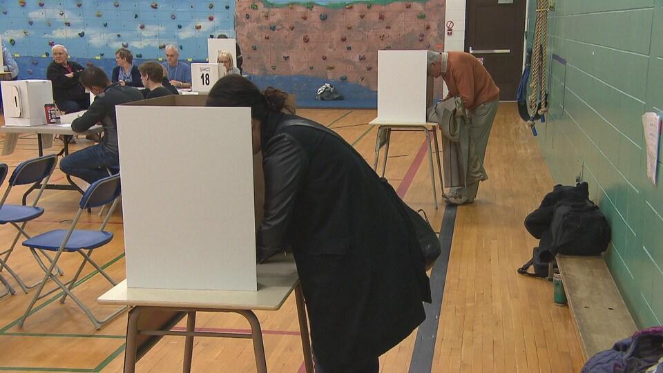 Deux électeurs aux urnes
