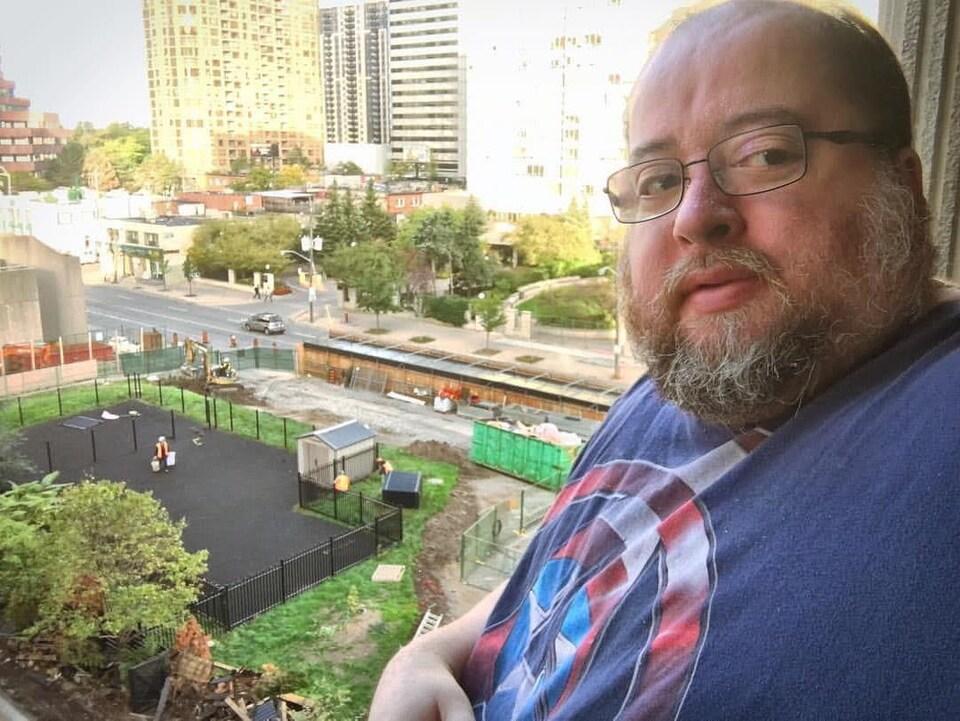 On voit le journaliste Christian Pedersen au balcon de son appartement à Toronto.