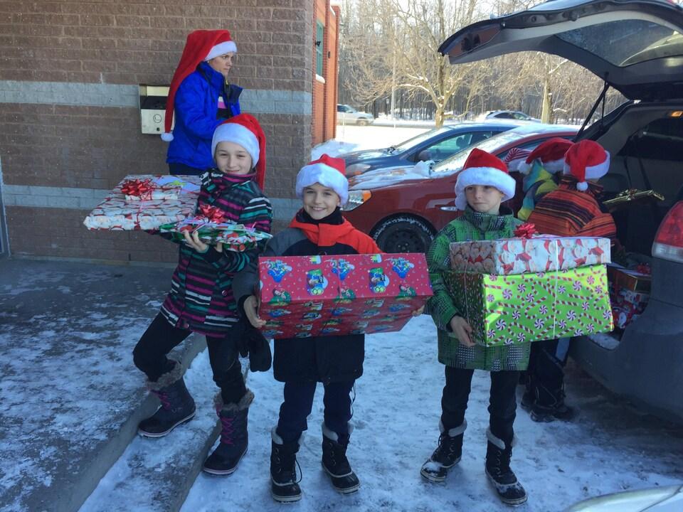 Les élèves arrivent avec leurs cadeaux.