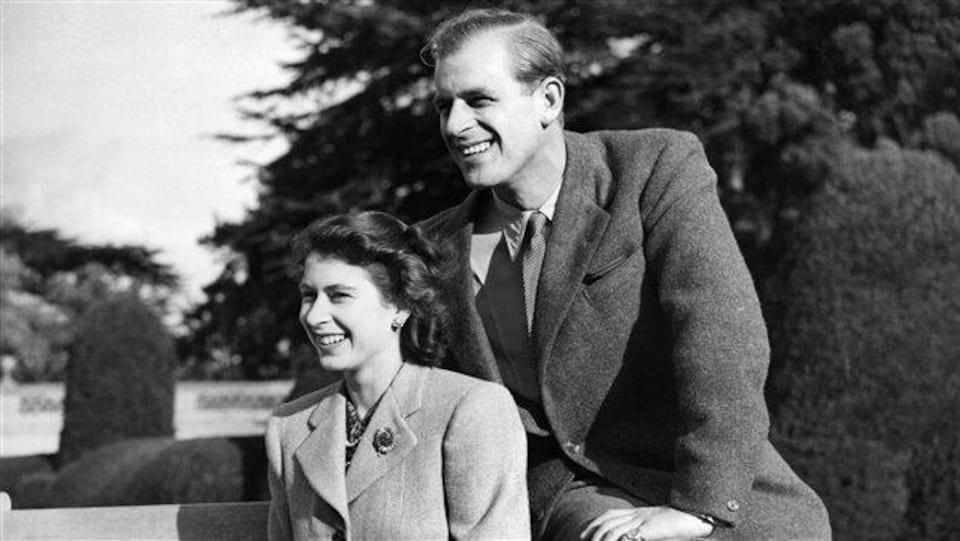 Le prince Philippe assis près de la princesse Élisabeth.