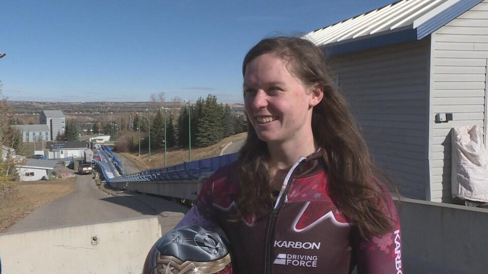 Une athlète canadienne près de la piste de skeleton à Calgary