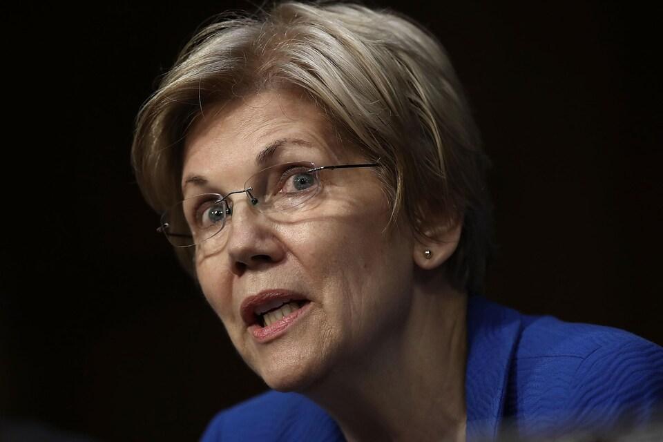 Elizabeth Warren, avec des lunettes, prenant la parole.
