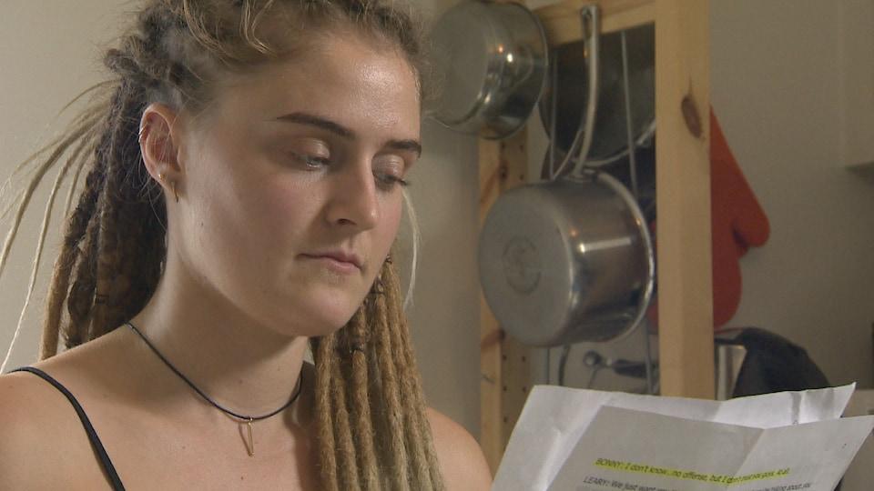 Élodie Dorsel, actrice de Toronto, se prépare pour une audition, manuscrit en main.