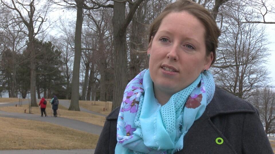 Emily accorde une entrevue au parc du lac Ontario à Kingston.