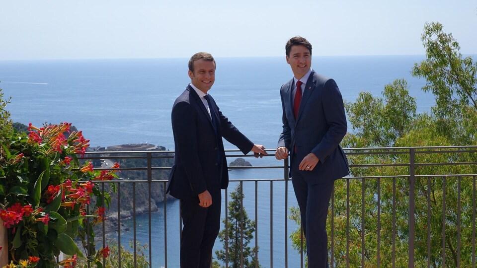 Le président français, Emmanuel Macron, en compagnie du premier ministre du Canada, Justin Trudeau, lors du sommet du G7, en Italie, le 26 mai 2017.