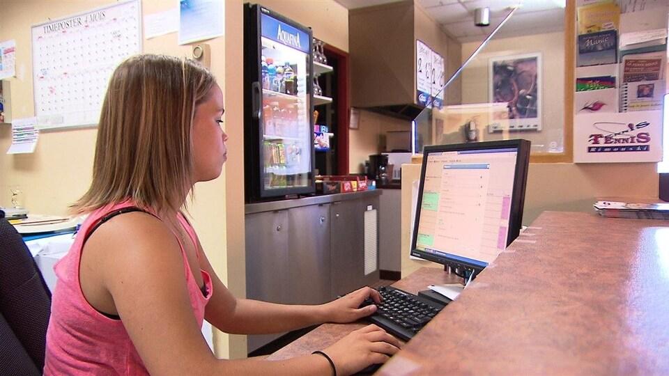 Une jeune femme qui travaille à un ordinateur