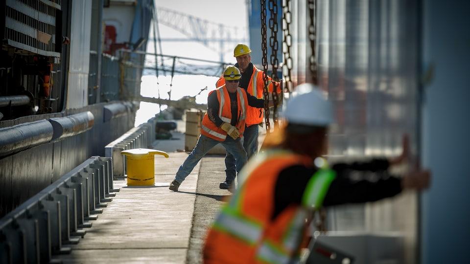 Des travailleurs à l'oeuvre au port de Trois-Rivières
