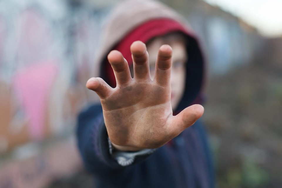 Un enfant aux mains sales.