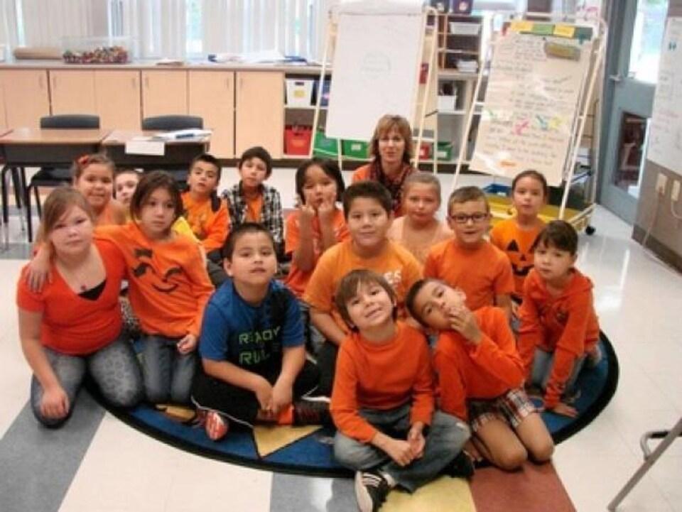 Des écoliers portant le chandail orange.