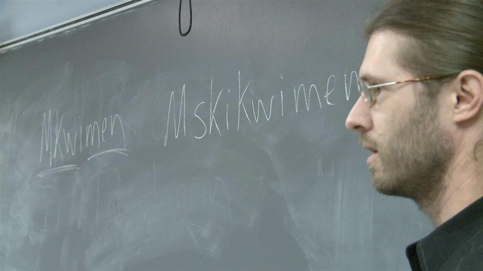Enseigner une langue autochtone pratiquement disparue : le défi de Philippe Charland