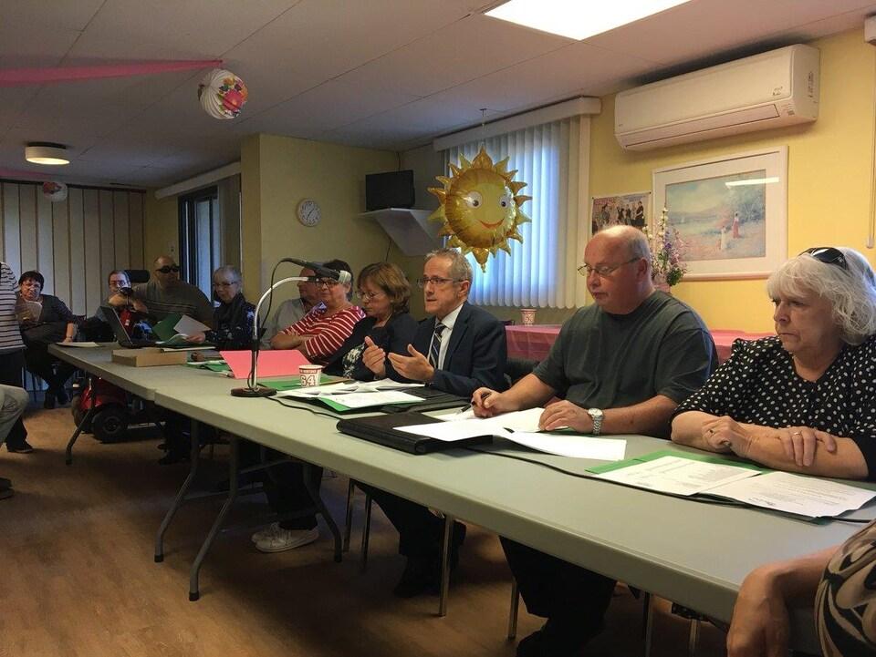 Des représentants du CIUSSS-MCQ ainsi que des membres du conseil d'administration de la résidence l'Entre-Deux, notamment, ont pris la parole lors d'une rencontre avec les résidents et leur famille.
