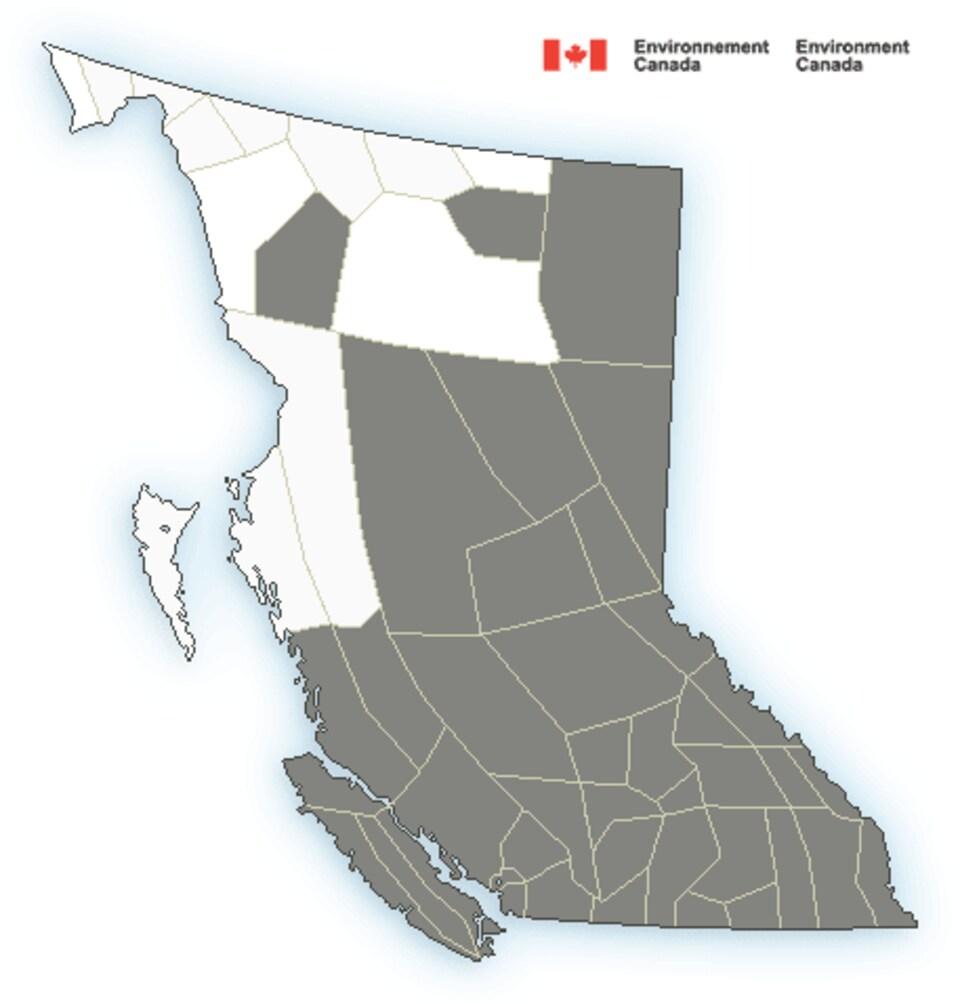 Une carte de la Colombie-Britannique sur laquelle les régions touchées par un avis de mauvaise qualité de l'air (soit presque toute la province) apparaissent en gris, alors que les quelques régions non touchées sont en blanc.