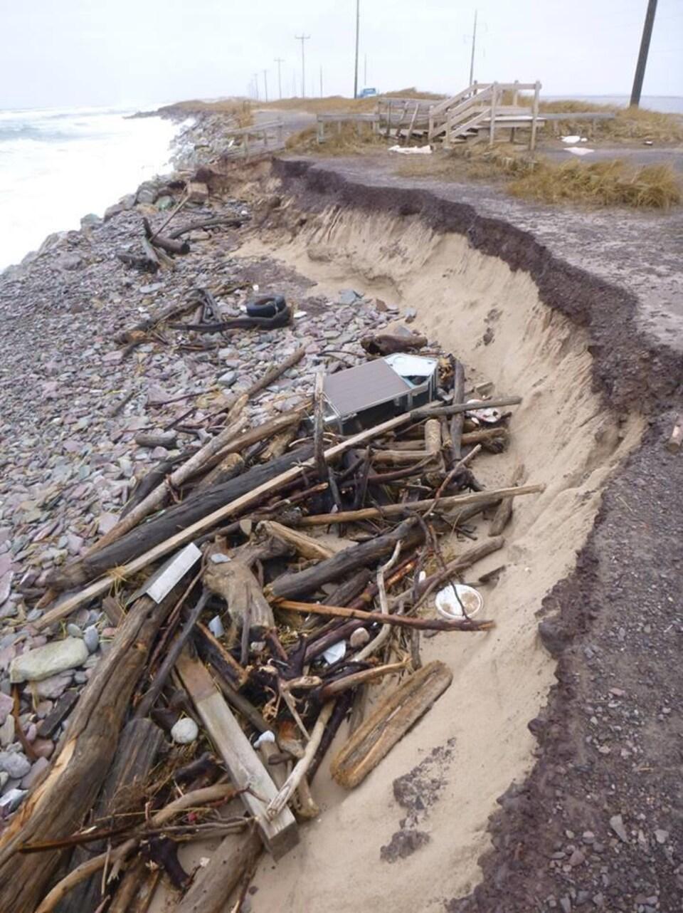 On voit que le sable a été rongé par les vagues.