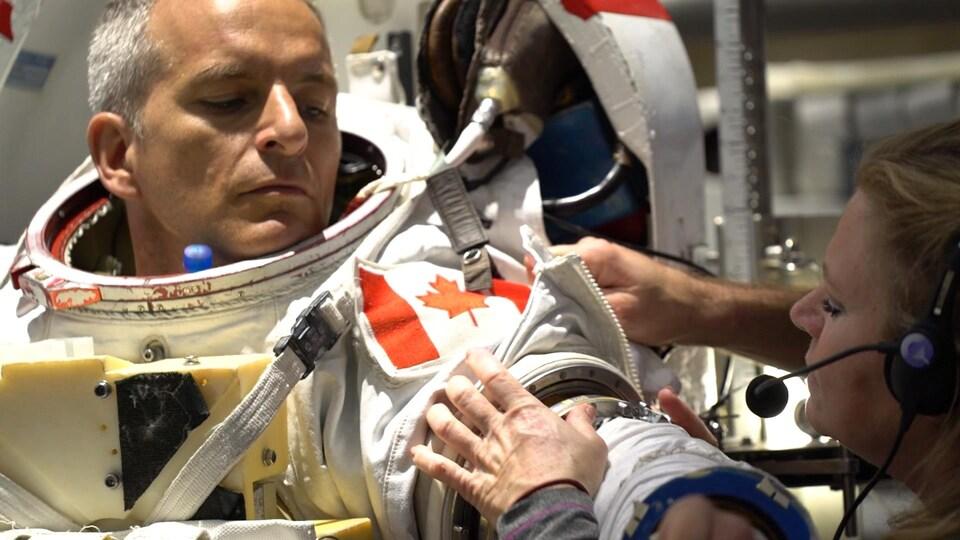 Un astronaute dans son scaphandre.