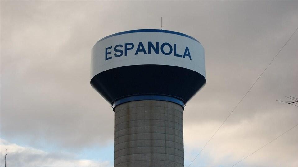 Le réservoir d'eau potable de la ville d'Espanola en Ontario.