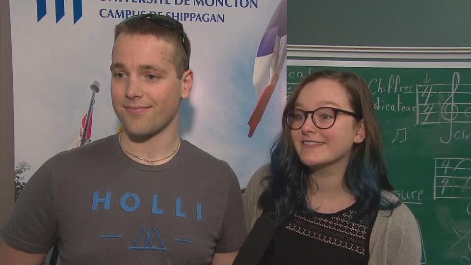 Samuel Haché et Camille Morin-Savoie, deux étudiants de l'Université de Moncton au campus de Shippagan.