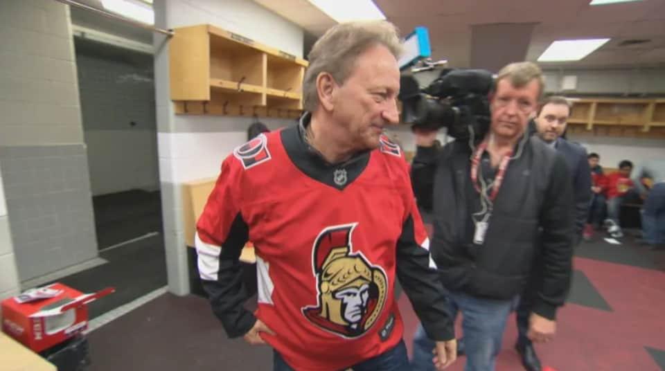 Eugene Melnyk dans le vestiaire des Sénateurs d'Ottawa.