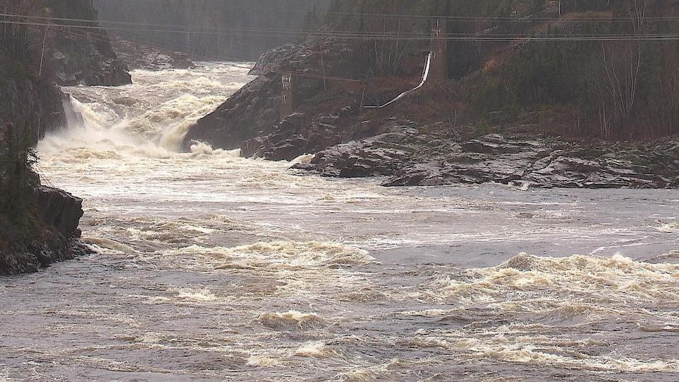 L'évacuateur de crue du barrage McCormick, qui dessert également le réservoir de Manic-1.