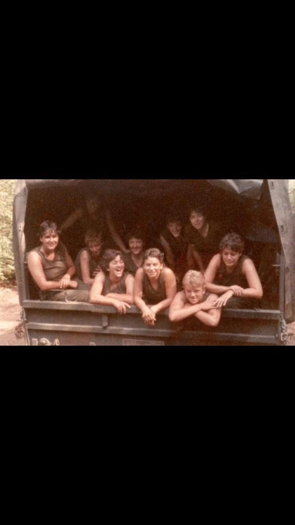 Plusieurs femmes à l'intérieur d'un camion.