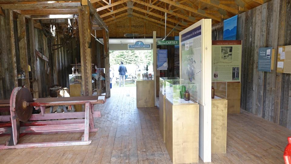 L'exposition se trouve dans une grange sur l'île Saint-Barnabé.