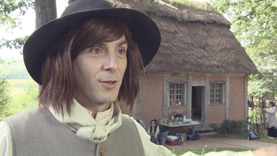 Fabien Melanson sur le plateau de tournage vêtu en Acadien du 18e siècle.