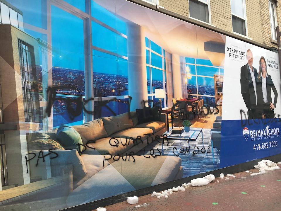 La façade de l'édifice a été vandalisée