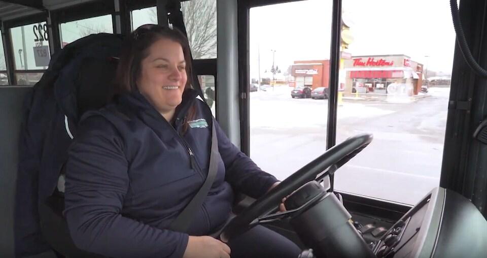 La chauffeuse d'autobus scolaire Roxanne Bossé au volant du véhicule lors d'une entrevue