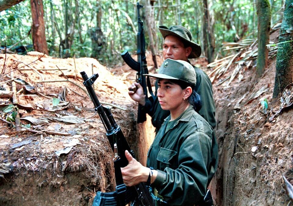 Des rebelles membres des FARC posent avec leurs armes