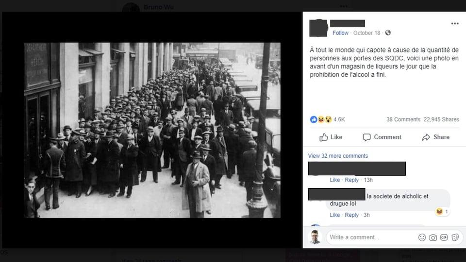 Nous voyons des centaines de personnes faire la file devant un bâtiment.