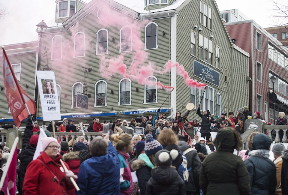 Des manifestants à Halifax, à l'occasion de la deuxième Marche des femmes en janvier 2018.