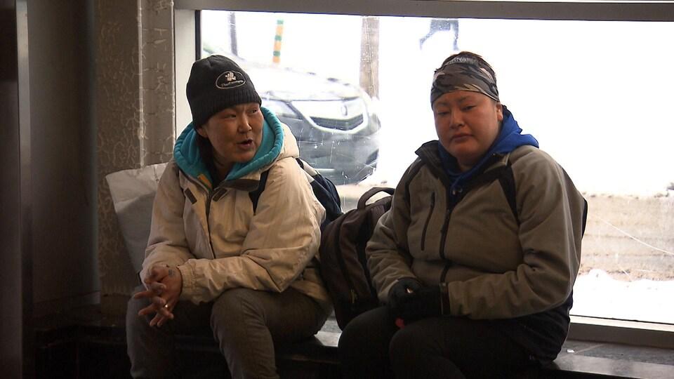 Deux femmes inuites quêtent au métro Place-des-Arts à Montréal