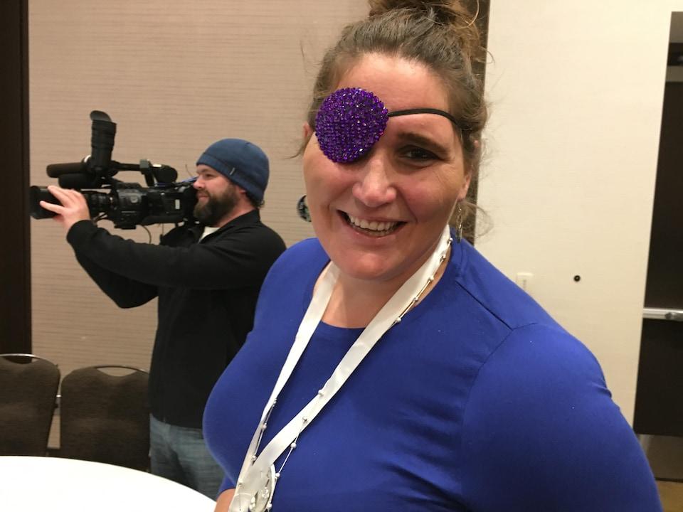 Carol Bontekoe porte un cache-oeil serti de paillettes violettes.