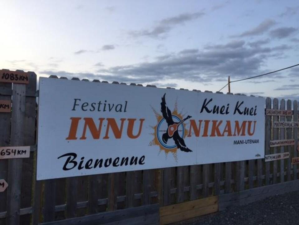 Une bannière du Festival Innu Nikamu