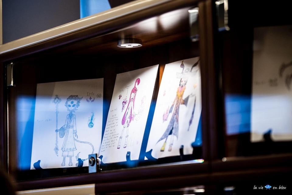Des dessins dans une vitrine.