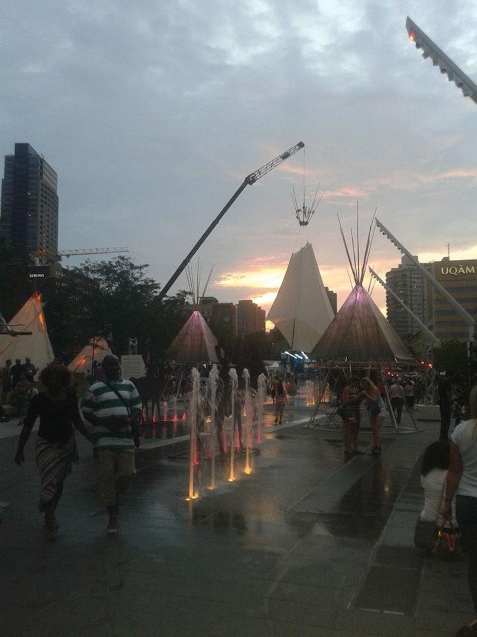 Nous voyons le soleil qui se couche sur le site du festival Présence autochtone en 2014.
